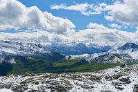 Gebirge mit Schnee in den französischen Alpen