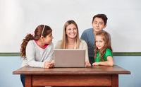 Schüler und Lehrerin im Computerkurs