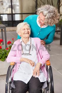 Tochter als Besucher und Mutter im Rollstuhl