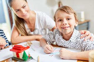 Mädchen beim Malen von Wunsch Haus