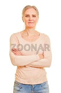 Zufriedene Seniorin mit verschränkten Armen