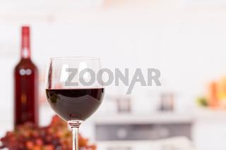 Wein rot Rotwein im Glas mit Textfreiraum Copyspace