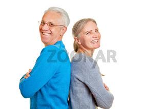 Glückliches Senioren Paar lehnt Rücken an Rücken