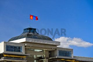 Nationalflagge der Mongolei mit dem Sojombo-Symbol auf dem Parlamentsgebäude,Ulanbator,Mongolei
