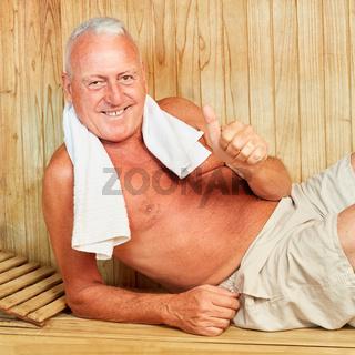 Erfolgreicher Manager entspannt in der Sauna