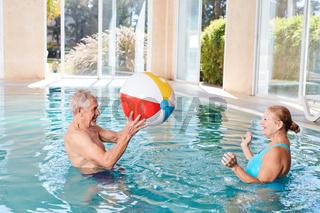 Senioren Paar spielt Wasserball im Spa