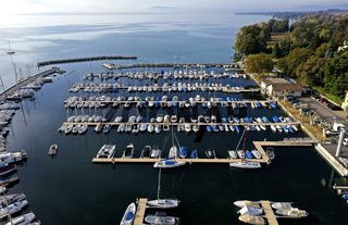 Boote am Ankerplatz in einem Yachthafen am Genfersee