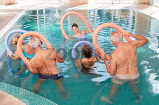 Gruppe Senioren beim Reha Rückentraining