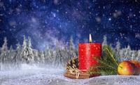 Kerze mit Weihnachtsdekoration und Sternenhimmel