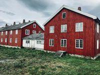 Skandinavische Häuserreihe im klassischen Schwedenrot