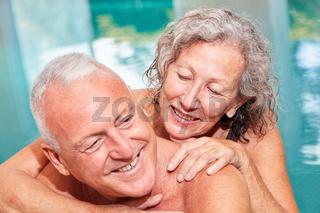 Verliebtes Senioren Paar im Schwimmbad