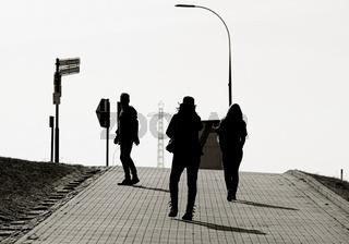 Touristen auf dem Weg zur Trogbrücke in Hohenwarthe