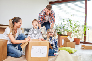 Eltern und Kinder zusammen beim Auspacken