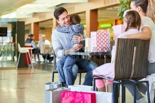 Familie und Kinder mit Einkaufstüten