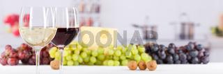 Wein Gläser Weingläser Weißwein Rotwein Weisswein Weintrauben Banner Textfreiraum Copyspace