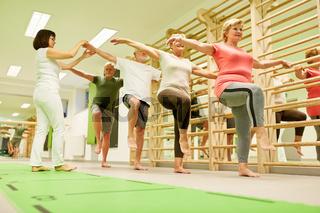 Physiotherapeutin betreut Senioren im Gymnastik Kurs