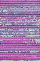 Rollladen mit abblätternder pinker Farbe als Hintergrund nutzbar