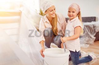 Familie mit Tochter beim Malern und Renovieren