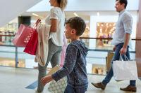 Familie und zwei Kinder beim Shopping