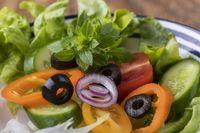 Nahaufnahme von einem frischen Salat mit Basilikum