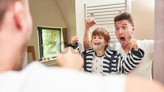 Vater und Sohn haben Spaß beim posieren