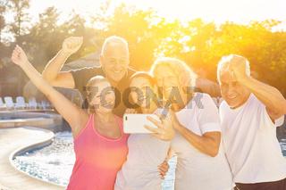 Senioren Gruppe macht Selfie mit Trainer
