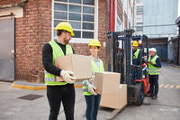 Arbeiter transportieren Kisten für den Versand