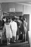 Gruppe der Aktion Sühnezeichen in einer Baracke im ehemaligen KZ Sachsenhausen, August 1964