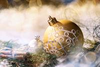 Goldene Christbaumkugel und Weihnachtsdeko
