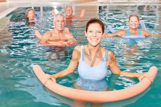 Senioren Gruppe macht Wassergymnastik