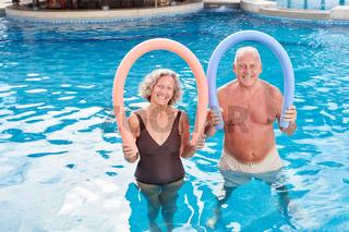Glückliches Senioren Paar mit Schwimmnudel
