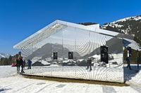 Spiegelhaus Mirage Gstaad von Doug Aitken, Kunstausstellung Elevation 1049, Gstaad, Schweiz