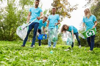Helfer sammeln Abfall für den Umweltschutz