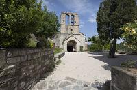 Die Kirche Saint-Pierre des Naves in Naves, Südfrankreich