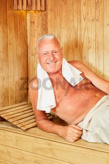 Senior oder Best Ager in der Wellness Sauna