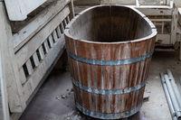 Badewanne aus Holz in einem Jugendstilbad