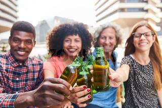 Kollegen Team trinkt Bier zusammen am Feierabend