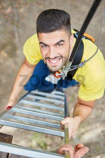 Ängstlicher junger Mann mit Seil Sicherung