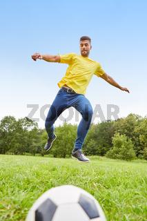 Junger Mann nimmt Anlauf für einen Torschuss
