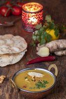 indische Mulligatawny-Suppe in eine Messingschüssel
