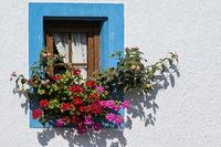Kleines Fenster mit Blumenschmuck
