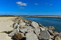 Steinblöcke zum Schutz der Uferzone vor dem ansteigenden Meeresspiegel am Gilao Fluss,Portugal