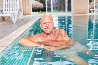 Lächelnder Senior Mann im Schwimmbad