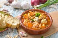 Mediterrane Fischsuppe mit Baguette