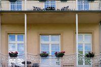 Villa mit Terrasse oder Balkon