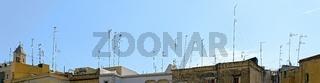 Viele Antennen auf Hausdächern in Bari
