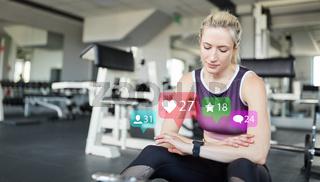 Social Media Influencer mit Smartwatch im Fitnesscenter