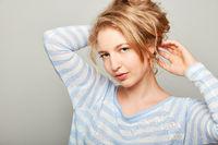 Junge Frau als Fashion Model mit Hochsteckfrisur