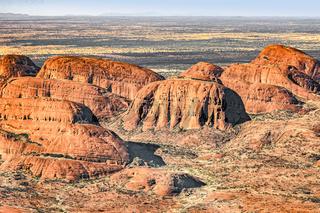 Helikopterflug über die Kata Tjuṯas im Uluṟu-Kata-Tjuṯa-Nationalpark im Northern Territory von Australien