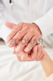 Arzt oder Pflegekraft tröstet Patientin